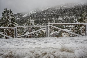 Valla cubierta de nieve.