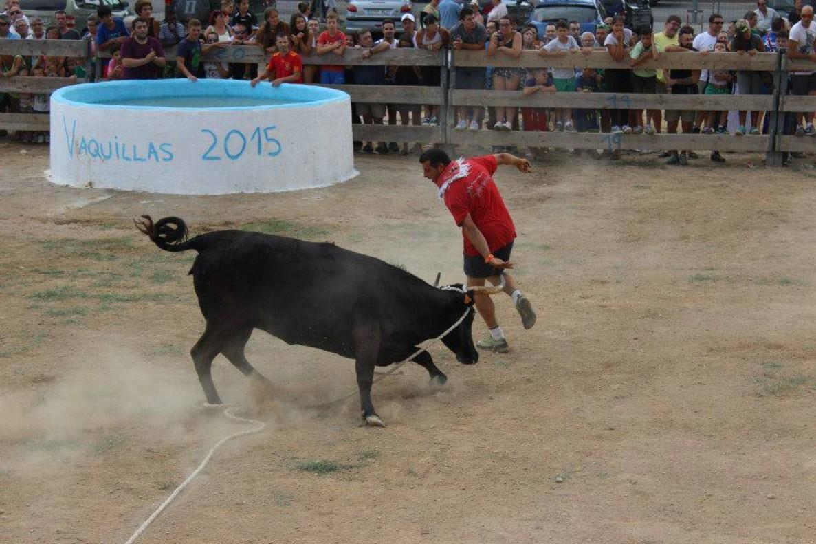Un joven corre ante una vaquilla.