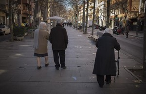 Un grupo de jubilados pasea por la Rambla de Barcelona.