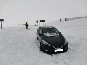 Vehículo atrapado en la nieve.
