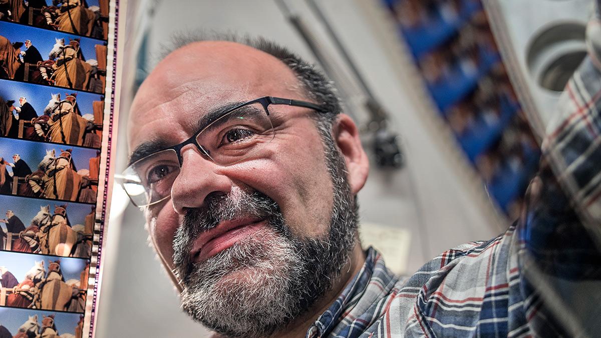 Josep Calle, cabinista del Phenomena, mira al trasluz una obra de arte, Lawrence Arabia en 70mm, una versión de la que no hay más de cinco copias en el mundo.