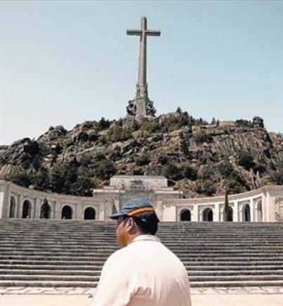 Un visitante del Valle de los Caídos, en el 2012.