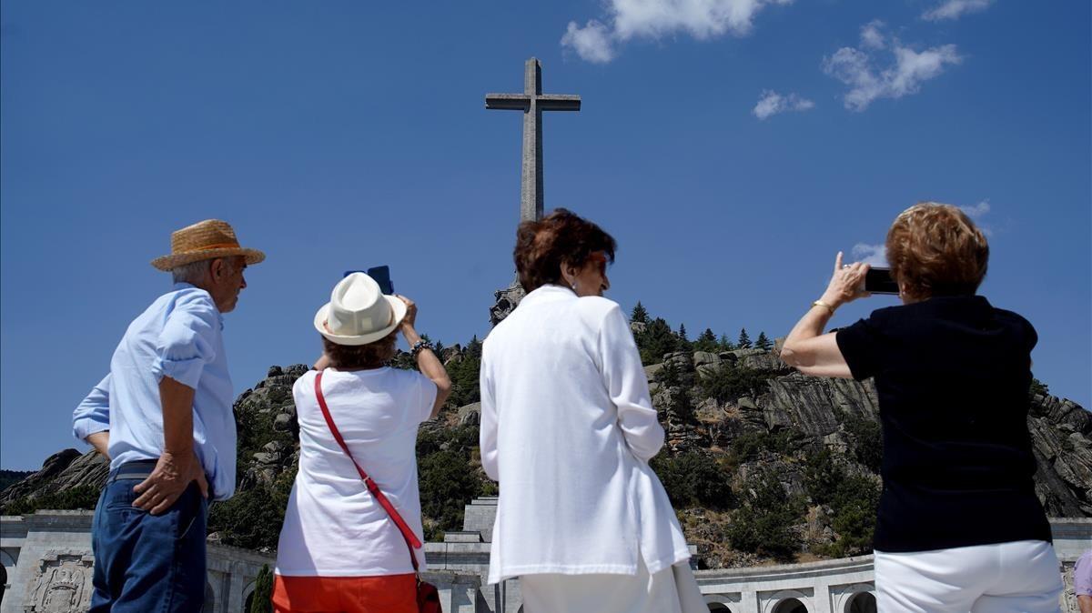 Un grupo de visitantes de Carbonero el Mayor (Segovia) en la explanada del Valle de los Caídos el pasado martes 21.
