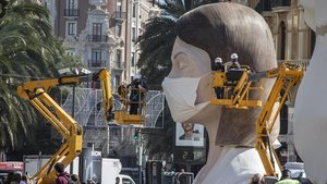 Vista de la falla municipal, a la que le han puesto una mascarilla tras la suspension de la fiesta por la crisis del coronavirus, este miércoles.