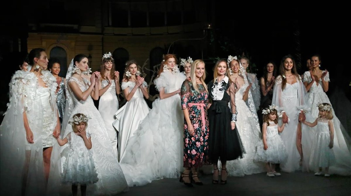 Las diseñadoras Georgina Chapman y Keren Craig posan junto a las modelos deldesfile, que tuvo lugar el miércoles en el Palau de Pedralbes de Barcelona.