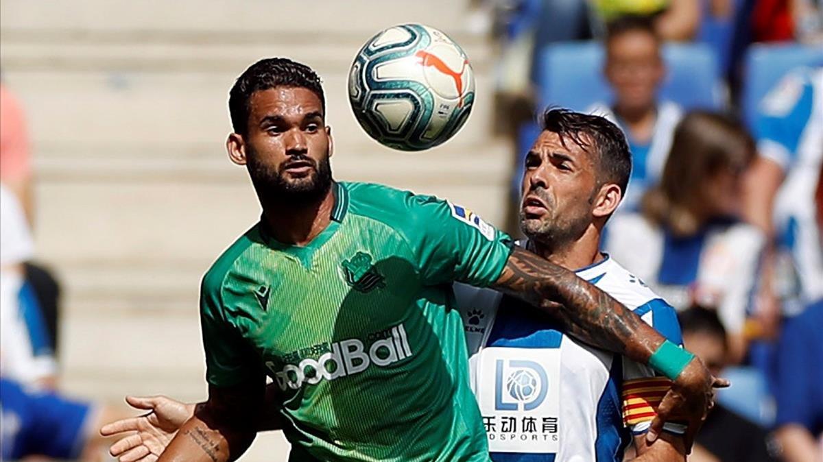 Willian José y Víctor Sánchez pugnan por el balón.