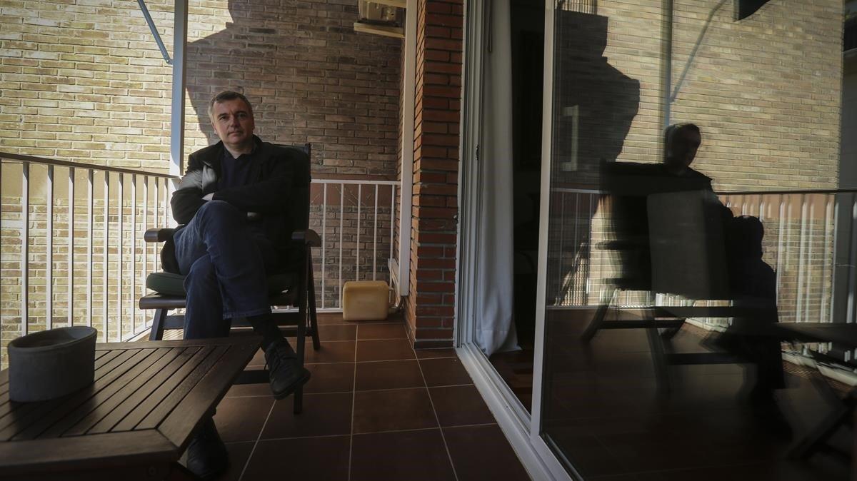 El periodista Xavi Ayén, en la terraza del piso en la calle Osio, de Sarrià, donde vivió Mario Vargas Llosa con su familia en los primeros años 70.