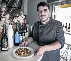 Xavier Jovells, del restaurant La Floreta, amb un bacallà amb samfaina.