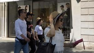 Turismo en el tramo decomerciode lujo del paseo de Gràcia.