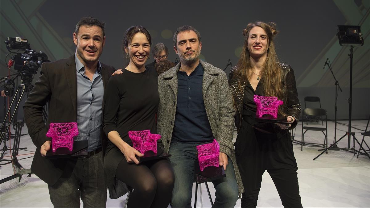 De izquierda a derecha, Ivan Labanda, Ariadna Gil, Julio Manrique y Ana San Martín con sus galardones.