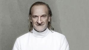 Lluís Homar caracterizado comoCyrano de Bergerac, en la adaptación de la obra realizada por Pau Miró.