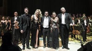 Final del concierto de la OBC dedicado a Andrew Lloyd Webber, con el director Alfonso Casado (en el centro) y los cuatro solistas saludando.
