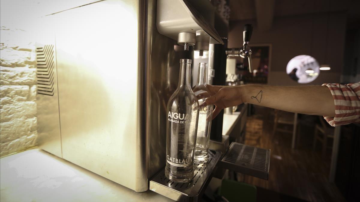 Máquina para filtrar agua en un restaurante.