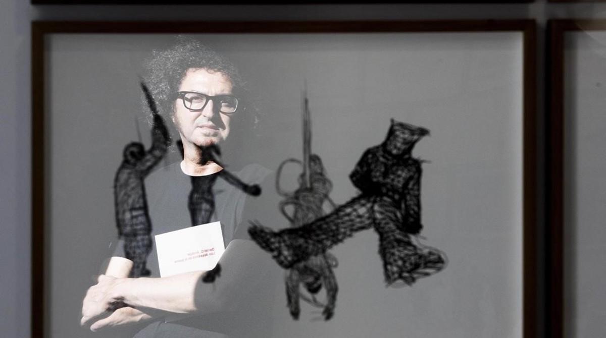 El artista Daniel G. Andújar en suexposiciónLos desastres de la guerra.
