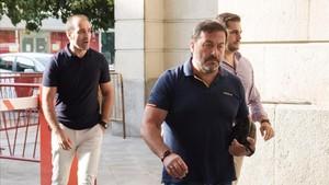 Los agentes de seguridad agredidos por el miembro de La manada Ángel Boza, a su entrada en los juzgados de Sevilla, este domingo.