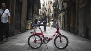 La bicicleta, ya recuperada, en la calle Hospital de Barcelona.
