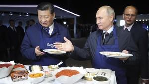 Vladímir Putin y Xi Jinpingeligen su comida durante el Foro Económico Oriental, celebrado en Vladivostok (Rusia) el 11 de septiembre del 2018.
