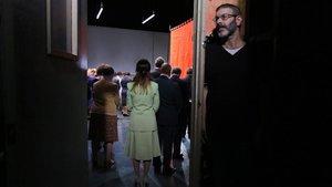 Sacris, pintor y atrecista, junto a la puerta de acceso que hay entre el escenario y las bambalinas,en el Liceu.