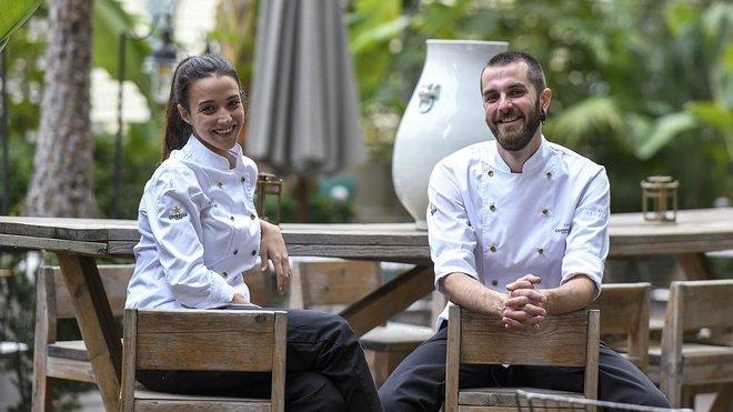 Eva de Gil y Enric Beneito, en la terraza del restaurante Batuar, en el Hotel Cotton House.