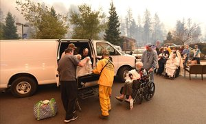 Evacuades 30.000 persones a Califòrnia per un incendi devastador