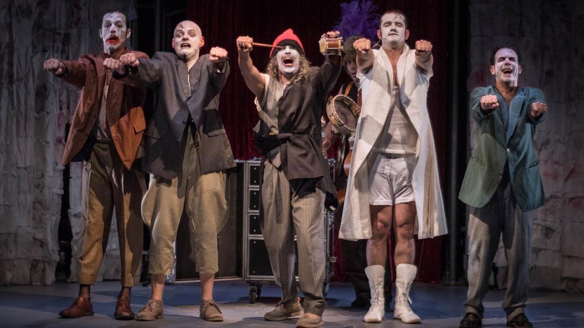 Los protagonistas de 'Rhumans' en el espectáculo de circo contemporáneo que acoge el Lliure de Gràcia.