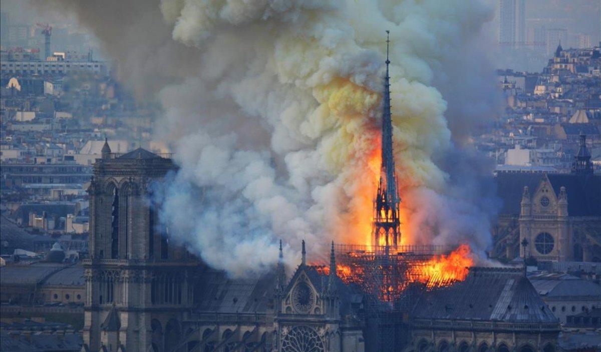 La aguja de Notre Dame, en llamas.