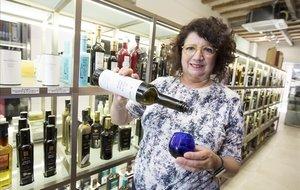 Sandra Stefan, de Oli i Sal, rodeada de aceites en su tienda de la Travessera de Gràcia.