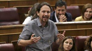 Pablo Iglesias responde a Pedro Sánchez desde su escaño, este lunes, durante el debate de investidura en el Congreso.