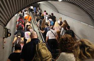 Un grupo de viajeros sale de la estación de Clot, punto crítico de la red por varias circunstancias.