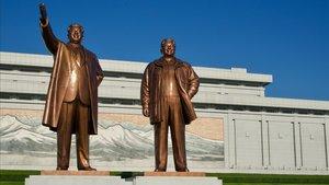 Las colosales estatuas de Kim Il-sung y Kim Jong-il en Pyongyang.