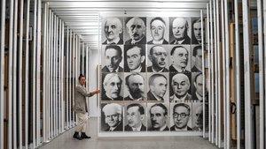Patrícia Sorroche desplaza el peine de'48 retratos', de Gerhard Richter, en al almacén bidimensional del Macba.