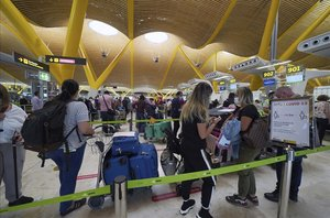 Aeropuerto Adolfo Suarez Madrid Barajas ,en la imagen fila de personas esperando embarcar en un vuelo a Caracas.