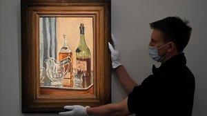 Un trabajador deSotheby's, con el cuadro pintado porWinston Churchill.