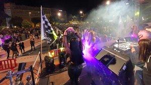 Fiesta nocturna al aire libre,en la plaza de Catalunya.