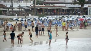 dcaminal39518578 gra149 menorca 01 08 2017 varias personas en la playa de170806123913