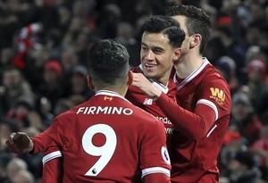 Coutinho celebra con sus compañeros del Liverpool un gol marcado ante el Swansea.