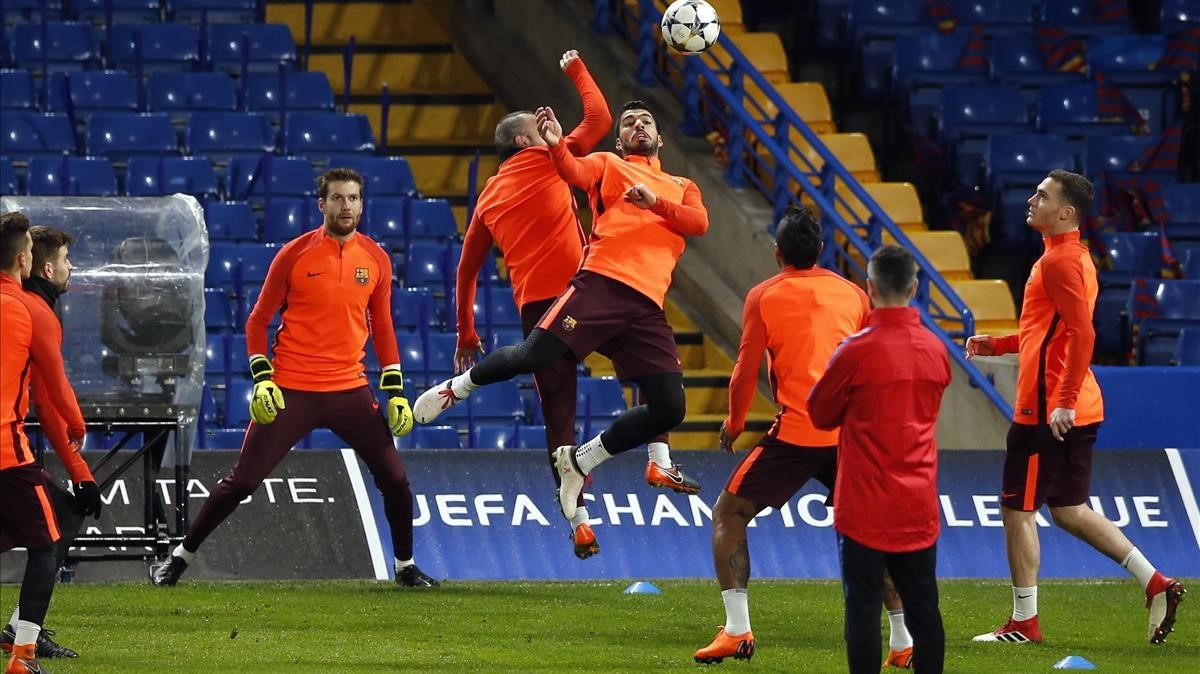 jcarmengol42206120 barcelona s luis suarez center right jumps for a ball with180219210802