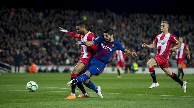 Luis Suárez se anticipa a Ramalho y marca el gol del empate.