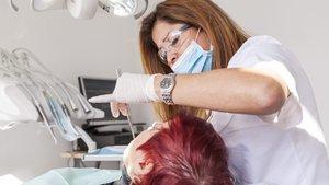 La justícia frena el dentista municipal de Colau