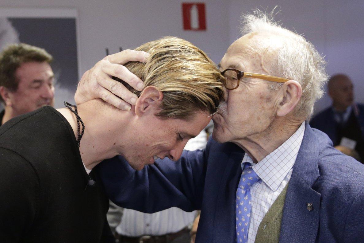 Manuel Briñas (d) saluda a Fernando Torres durante un acto en 2016.