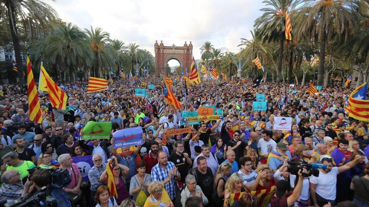 Una multitud se congregó en los alrededores del Parc de la Ciutadella de Barcelona a la espera de que Carles Puigdemont declarara la independencia de Catalunya. En la foto, el paseo de Lluís Companys durante la tarde del 10 de octubre de 2017.