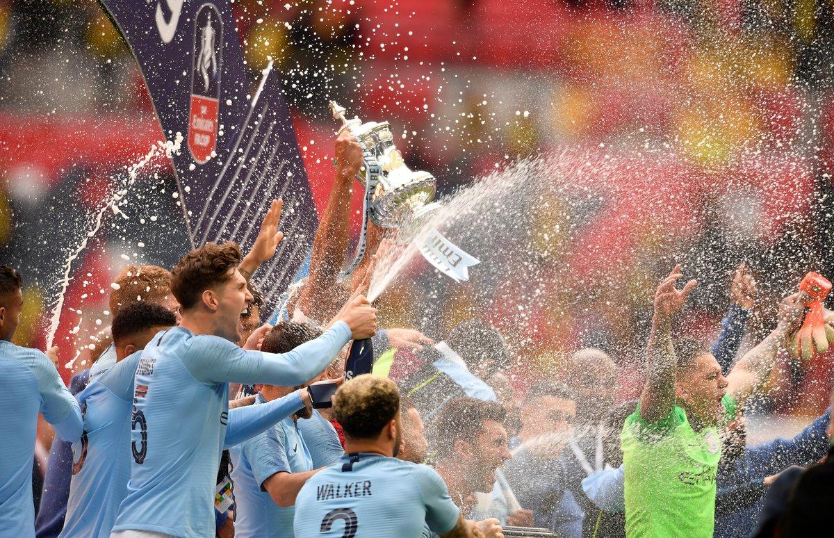 Los jugadores del Manchester City levantan la Copa inglesa.