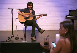 Xarim Aresté, en un concierto íntimo reciente.