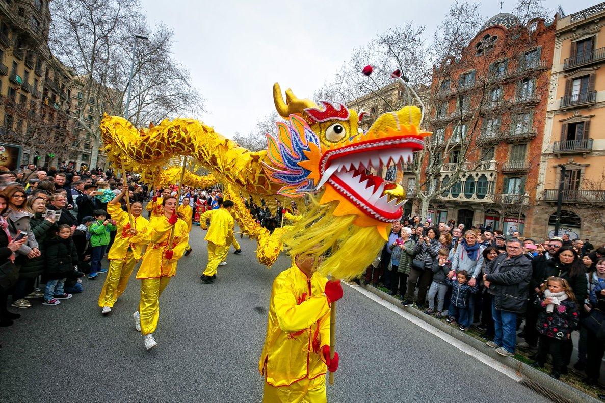 Barcelona celebra l'arribada de l'any 4717 amb una gran fira i espectacles