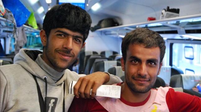 Dos jóvenes en el interior del tren camino a Austria.
