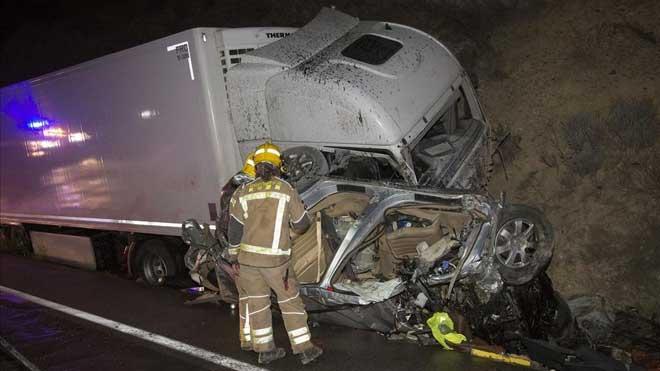 Bomberos trabajando en el lugar del accidenteen el que han fallecidotres personas.