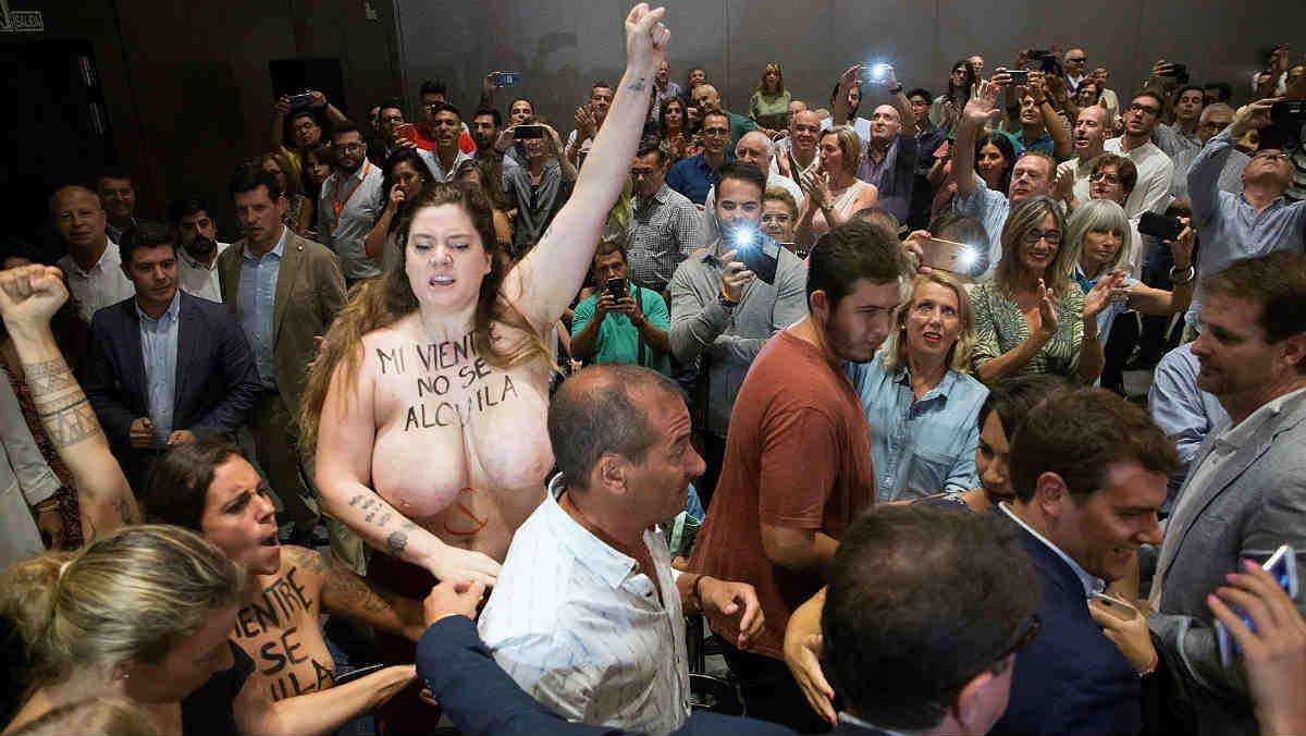 Activistas de Femen increpan a Albert Rivera a propósito de la gestación subrogada.