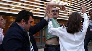 Activistas de la PAH son desalojados del mitin de Rajoy en Barcelona.