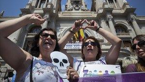 Acto reivindicativo contra los asesinatos machistas ante el Ayuntamiento de Valencia, en junio del 2017.
