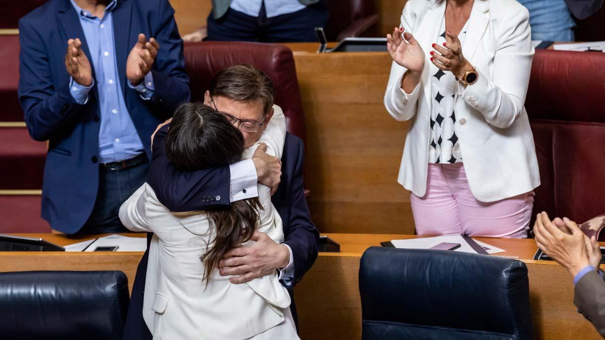 Acuerdo en la Comunidad Valenciana para que Ximo Puig repita como presidente. En la foto, Puig abraza a Mónica Oltra.